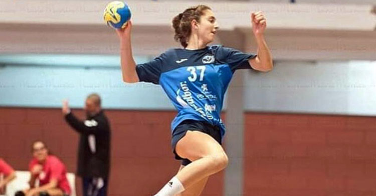 Ariadna Vázquez elevándose para lanzar a portería. Foto: Mario Moreira