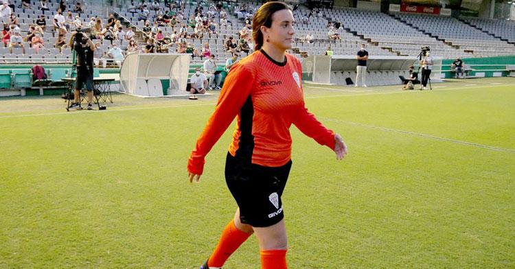 Carmen Gordillo saltando al césped en el acto de presentación de las equipaciones Givova. Foto: CCF