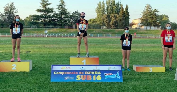 El podio sub16 de pértiga, con Cristina López en el segundo puesto y Sara Delgado con uno de los dos bronces. Foto: RFEA