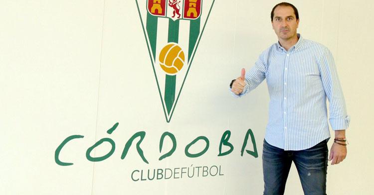 El técnico del Córdoba B, Diego Caro, posando tras su fichaje. Foto: CCF