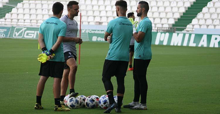 De espaldas. Edu Frías ya no está en la dinámica de trabajo de los porteros del Córdoba CF.
