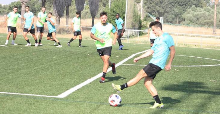 Ekaitz busca el centro lateral ante Alejandro Viedma.