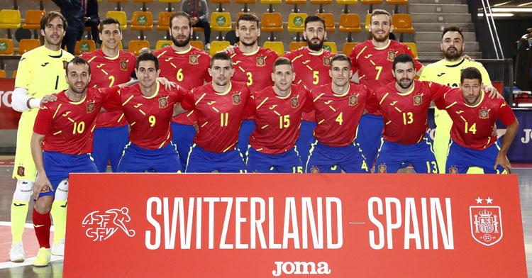 La formación nacional en el partido de abril ante Suiza, entonces con un Carlos Barrón ahora ausente. Foto: @Sefutbol