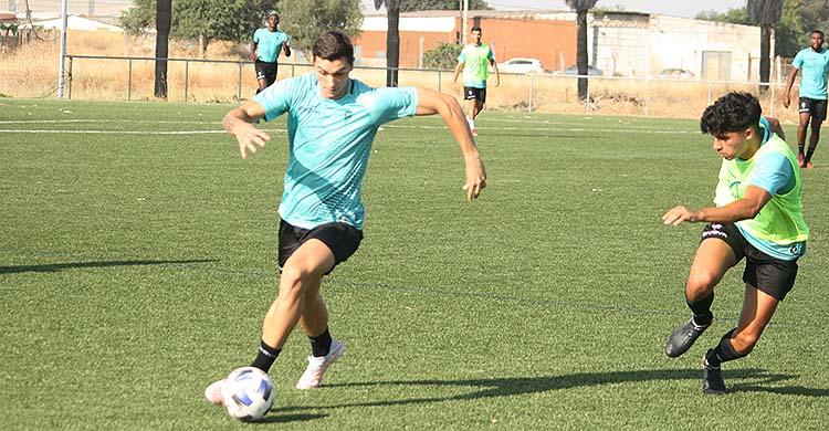 El delantero del Córdoba CF Adrián Fuentes avanza ante el joven Guti.