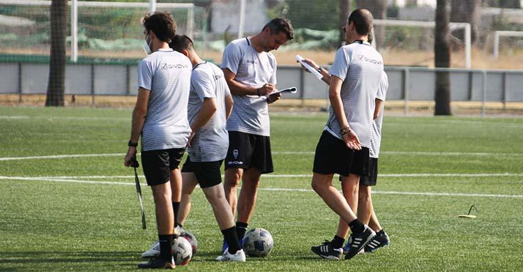 Gaspar Gálvez dialogando con Diego Caro y otros colaboradores en un entrenamiento.