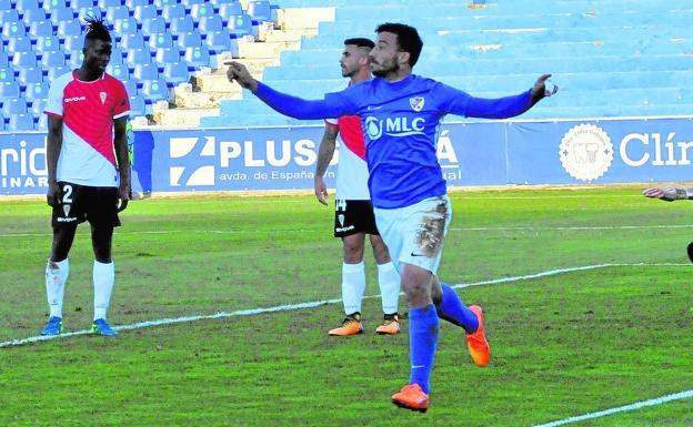 Hugo Díaz celebrando su gol en Linares con Djetei tocado al fondo.