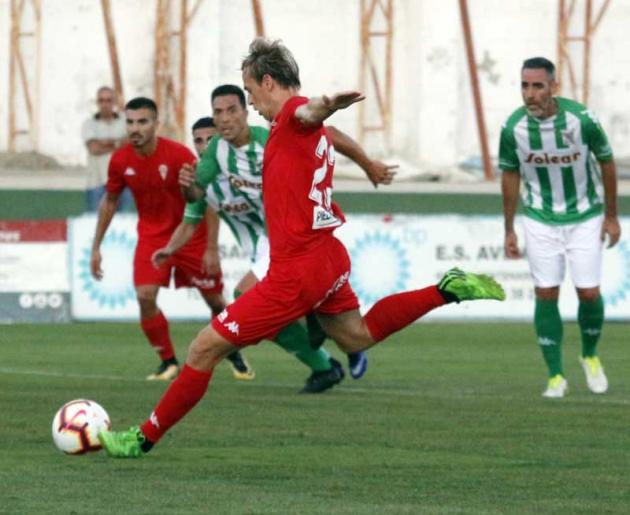 Abel Gómez, al fondo con la elástica del Atlético Sanluqueño en julio de 2019, con Javi Lara buscando un centro en El Palmar de Sanlúcar.