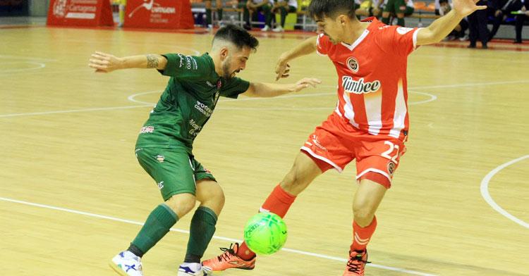 Jesulito intenta un regate en el partido en Cartagena de la temporada pasada