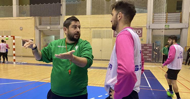 Josan González hablando con Zequi en una sesión en Vista Alegre. Foto: Córdoba Futsal