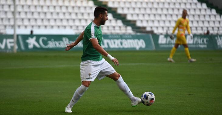José Cruz sacando el balón en defensa jugando ante su ex-equipo, el Linares, con el portero Carlos Marín al fondo.