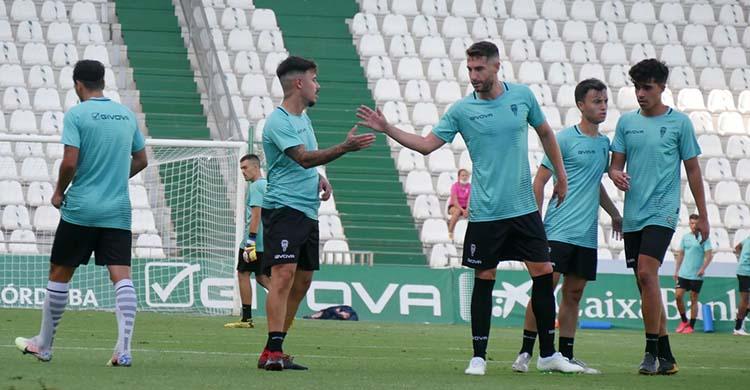 José Cruz felicitando a Alejandro Viedma tras su gran gol de falta.