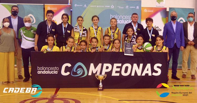 Las jugadoras carloteñas con sus medallas y el trofeo de campeonas. Foto: FAB