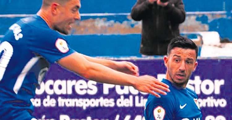 Contrariado. Hugo Díaz esperando la llegada de un compañero.