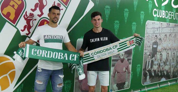 Luismi Redondo y José Ruiz posando con las bufandas del Córdoba.