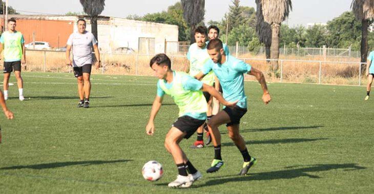 Julio Iglesias presiona a un Luismi Redondo que esta temporada ya partirá con ficha del primer equipo.Julio Iglesias presiona a un Luismi Redondo que esta temporada ya partirá con ficha del primer equipo.