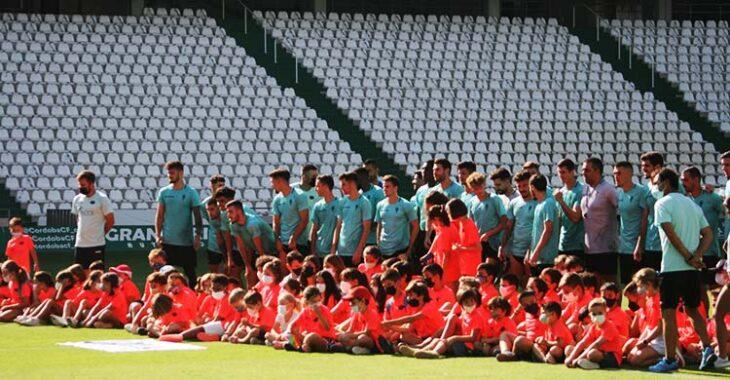 Los chic@s del Club Mirabueno inmortalizando su día en El Arcángel con la primera plantilla del Córdoba CF.