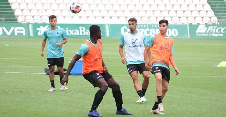 Ferney Mosquera superado por Luismi durante su primer entrenamiento en El Arcángel.
