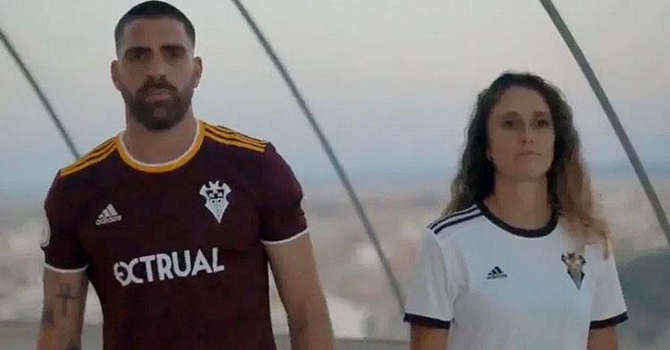 Rafa Gálvez fue el elegido para presentar las nuevas camisetas del Albacete. Foto: Aupa Alba
