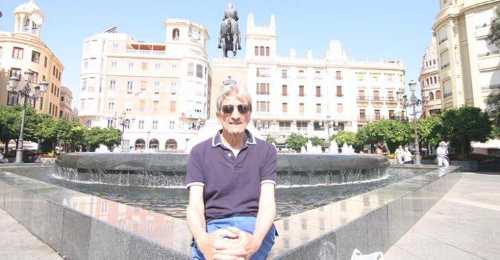 Rafael Jaén posando en la Plaza de las Tendidas durante la entrevista.