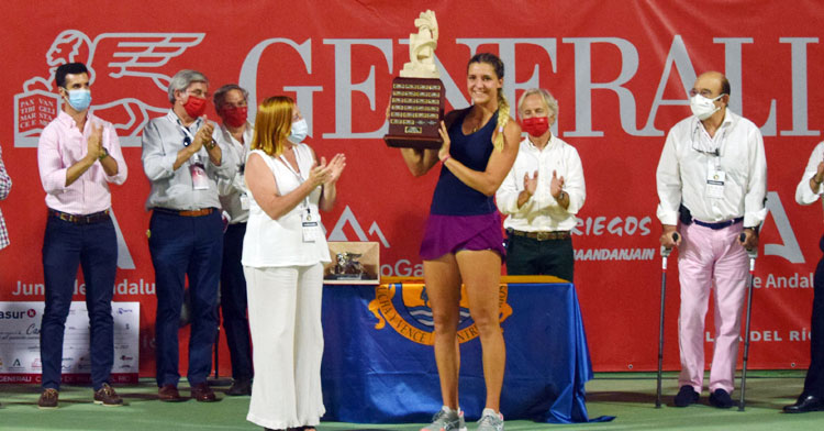 Rebeka Masarova alzando el bonito trofeo del Open Generali de Palma del Río