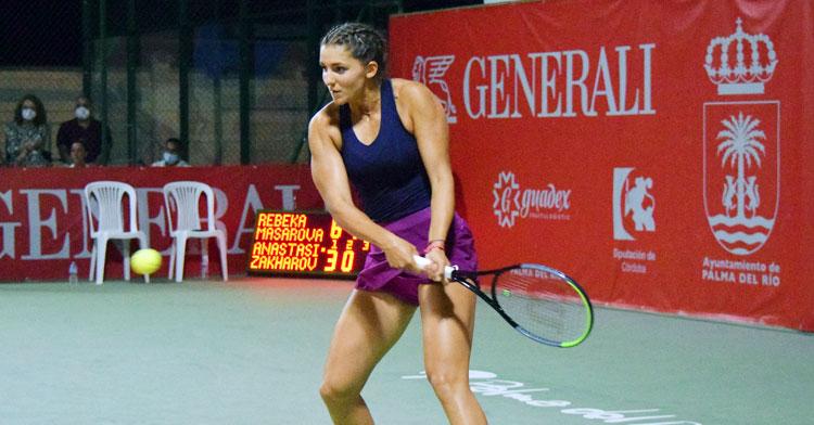 Rebeka Masarova devolviendo la bola con un revés a dos manos