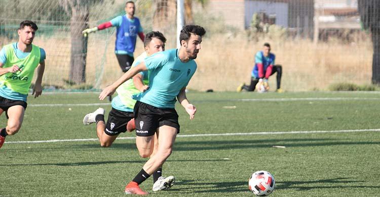 Roberto Abreu saliendo con el balón jugado.