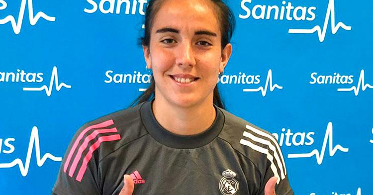 Rocío Gálvez posando tras superar el reconocimiento médico. Foto: Real Madrid