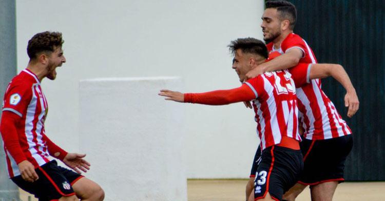 Samu González, con el dorsal 23, celebrando un tanto con el Azuaga. Foto: Teresa Romero