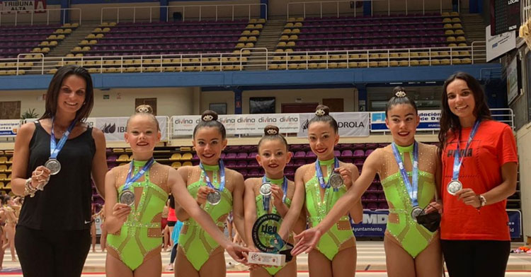 Las gimnastas del Séneca y sus entrenadoras con las merecidas medallas.