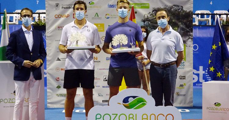 Los campeones con su trofeo
