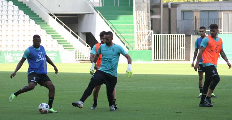 Djak Traoré busca un cambio de juego ante la llegada del meta Felipe Ramos.