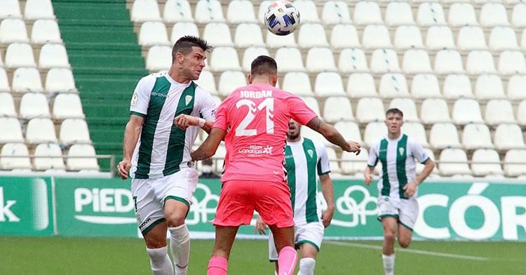 Willy peleando una pelota con Jordán, del Tamaraceite. Foto: Charo Tobajas / CCF