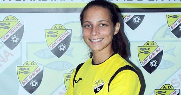 Yamila Mendoza posando con la elástica del Son Sardina, su anterior club. Foto: Futboleras.es