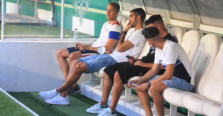 Bernardo Cruz, ayer en el banquillo antes del partido ante el Rayo Majadahonda, junto a los también lesionados Carlos Marín, Alejandro Viedma y Adrián Fuentes.
