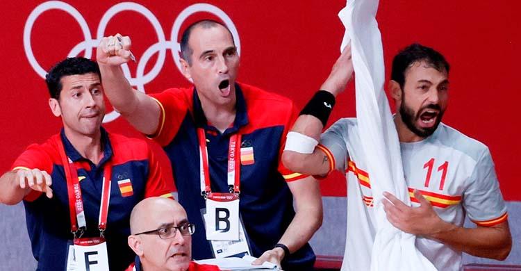 Eufóricos. César Montes en el banquillo de los Hispanos a las espaldas de Jordi Ribera, con Dani Sarmiento a la derecha.