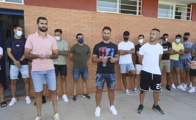 El cordobés Fran Cruz, a la izquierda, junto a sus compañeros en la sede del Extremadura tras acumular una semana sin entrenar ante los impagos.