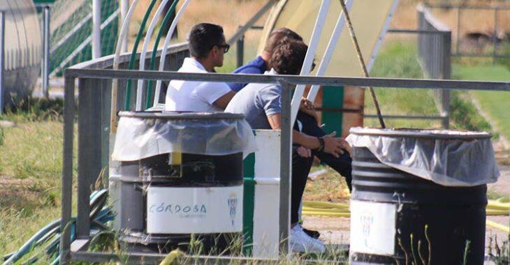 Juanito y Raúl Cámara siguiendo las evoluciones del entrenamiento tras la derrota ante el Recre.