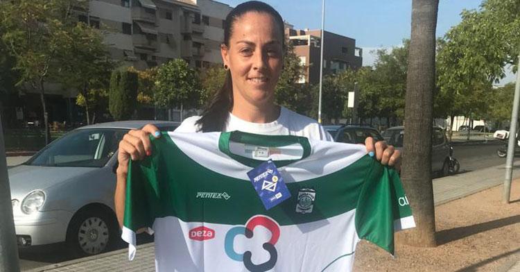 María del Mar Uceda posando con la elástica del Deportivo Córdoba Cajasur