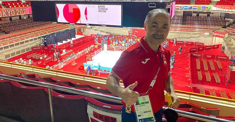 Rafa Lozano posando desde las alturas del pabellón olímpico de boxeo en Tokio.