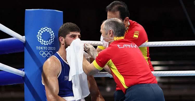 Rafa Lozano ayudando a Gazi Jalidov sobre el cuadrilátero olímpico de Tokio.
