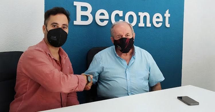 Pedro Collado y José Romero sellando el acuerdo entre Beconet y Bujalance