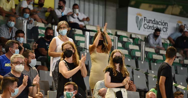 La mujer de José Cruz aplaude el primer gol del cordobés dedicado a su hijo.