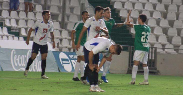 Córdoba recibe las felicitaciones de sus compañeros tras uno de sus goles al Rayo Majadahonda