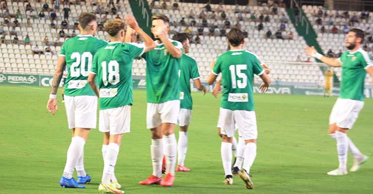 Los jugadores del Córdoba celebrando el último gol del hat-trick de Antonio Casas ante el Rayo Majadahonda.