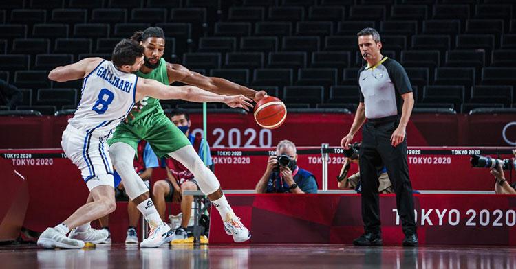 Antonio Conde dirigiendo el duelo entre Italia y Nigeria. Foto: FIBA