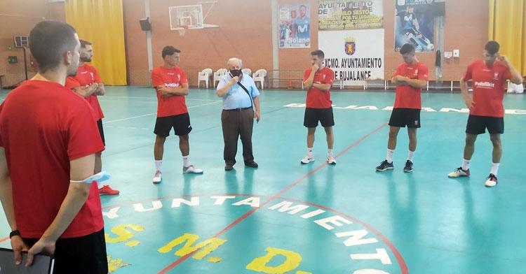 José Romero dirigiéndose a sus jugadores el primer día de trabajo. Foto: Bujalance FS