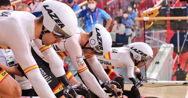 Alfonso Cabello, en primer plano, con Pablo Jaramillo y Ricardo Ten en segundo término, concentrados en la salida de la velocidad por equipos.