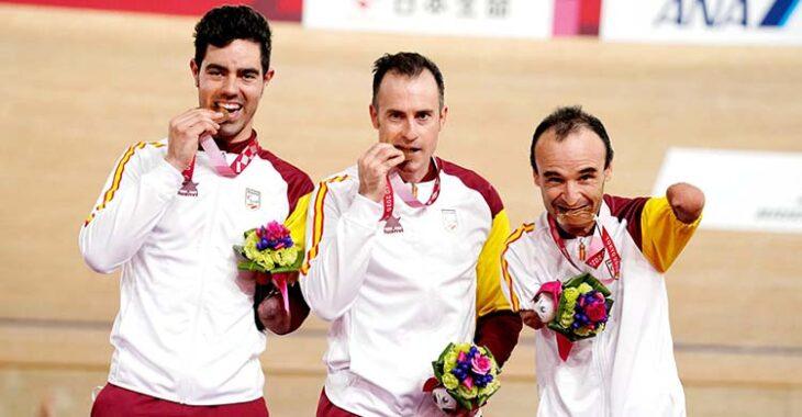 Alfonso Cabello luciendo su medalla de bronce junto a Ricardo Ten y Pablo Jaramillo.