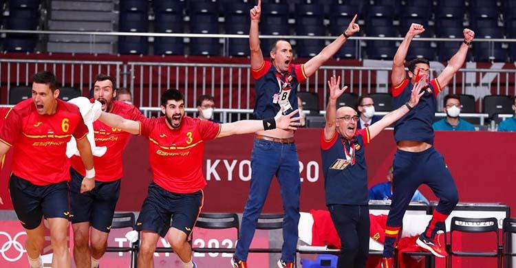 El técnico cordobés César Montes celebrando con los Hispanos la consecución del bronce en Tokio 2020.