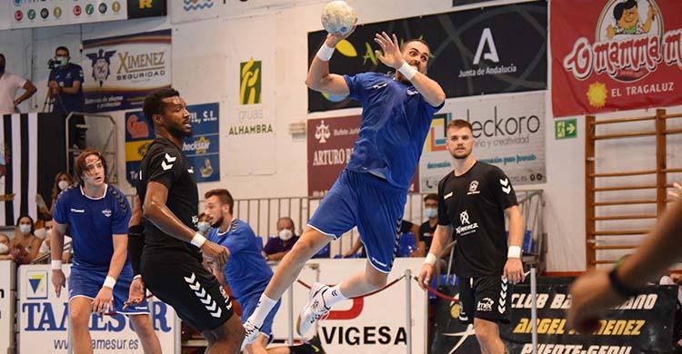 Un jugador del Bernidorm superando a Delcio Pina y Pere Arnau con Luisfe al fondo.